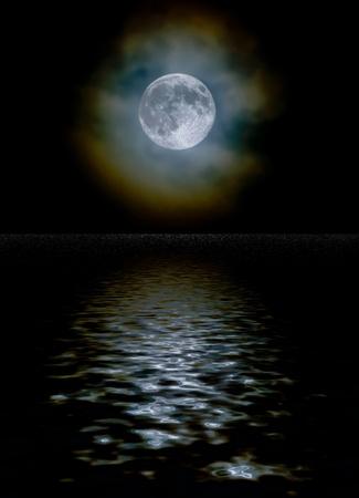 Ernte-Mond als Licht durch eine Wolkenschicht mit Eiskristall Lichtbeugung und einem Wasser-Reflexion gesehen