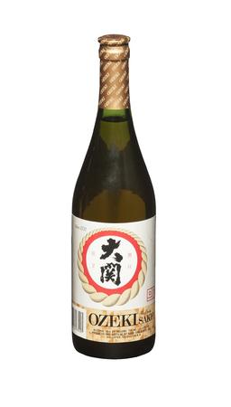 japanese sake: Reno, Nevada - 14 de agosto de 2014: Una botella de Sake Ozaki, uno de los productores prima de Sake de Japón. Ozaki ha estado produciendo bien Sake en Japón desde 1711 y en los EE.UU. desde 1979.