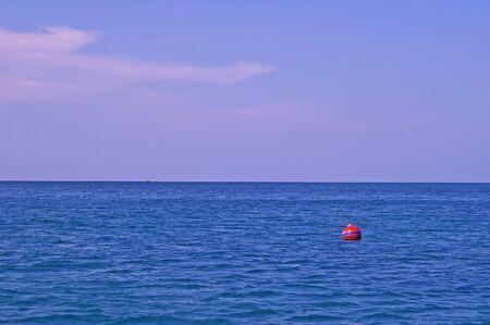 buoyancy: mar azul y el cielo con un peque�o Seamark rojo Foto de archivo
