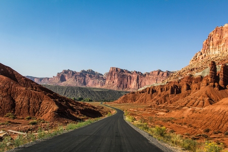 A road cuts through the mountains at Capitol Reef National Park, Utah. Фото со стока - 54218142