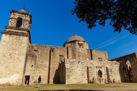 A man looks at the world heritage site Mission San Josè in San Antonio, Texas, USA. Редакционное