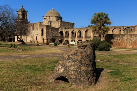 A very old outdoor oven sits on the grounds of Mission San Josè in San Antonio, Texas, USA. Фото со стока - 71318223