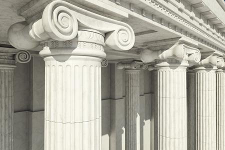 justicia: Close-up shot de una línea de columnas de estilo griego.