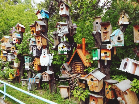Exhibition of wooden houses for birds, birdhouses Stockfoto
