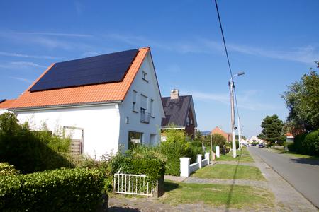 Fotowoltaika na dachu budynku mieszkalnego dla produkcji energii alternatywnej