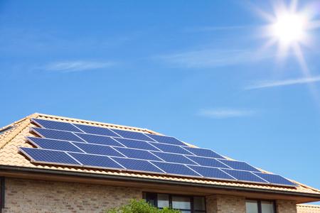Copyspace と素晴らしい青空の前の住宅の屋根に太陽光発電 写真素材