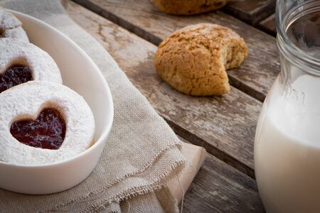 desayuno romantico: las galletas de San Valent�n. desayuno rom�ntico. Varios galletas en la mesa de madera.