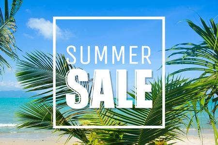 Tekst letni sprzedaży, chmury, palmy i morze. Zdjęcie Seryjne