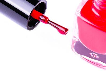 ファッション赤いマニキュア液ボトルと爪は、白い背景のブラシします。