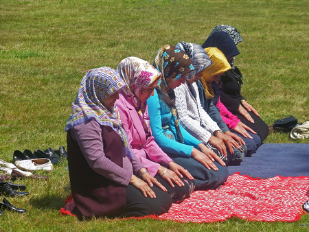 picknick: Muslim women praying during a picknick
