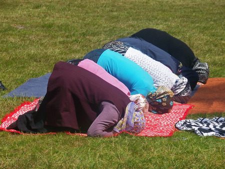 picknick: Muslim women praying during a picknick