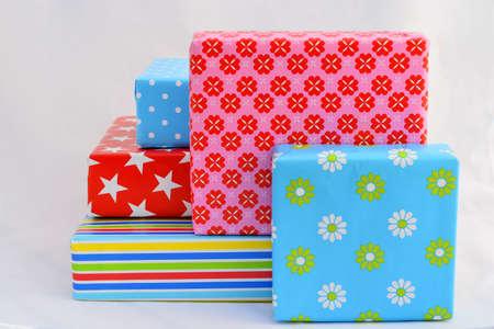 paper packing: bonitos regalos en papel de embalaje de color