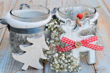 velas de navidad: Decoración de navidad blanco con madera usada y flores