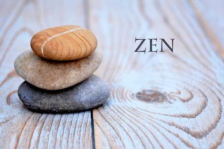 piedras zen: Tres piedras de zen en la madera vieja decoradas Foto de archivo