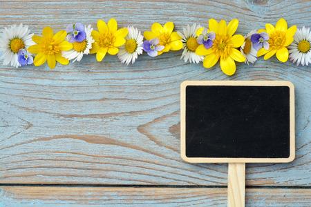 champ de fleurs: �tag�res en bois bleu gris de fond avec des noirs vides copyspace tableau axe TAG et fleurs des champs