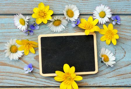 champ de fleurs: �tag�res en bois bleu gris de fond avec des noirs vides copyspace tableau �tiquette et sur le terrain de l'�tiquette de l'axe des fleurs