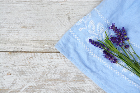 flores moradas: blanco gris de edad blanco estantes de madera de fondo con copia espacio vac�o y flores de lavanda y toalla azul decoraci�n servilleta Foto de archivo