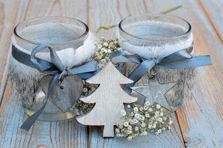 kerze: Alte Holzböden grau mit rot weiß Weihnachtsdekoration Holz zoals Stern, Baum, Herzen und Kerzen Halter mit Atemblumen des Babys verziert