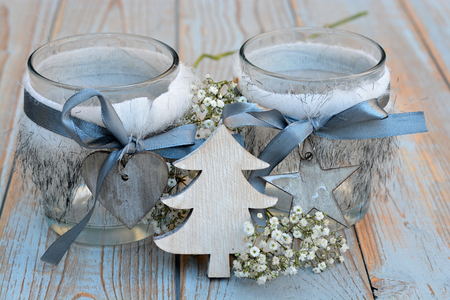 candela: I vecchi scaffali di legno grigio con rosso bianco Decorazioni natalizie in legno zoals stella, albero, cuore e candele titolare decorate con fiori respiro del bambino Archivio Fotografico