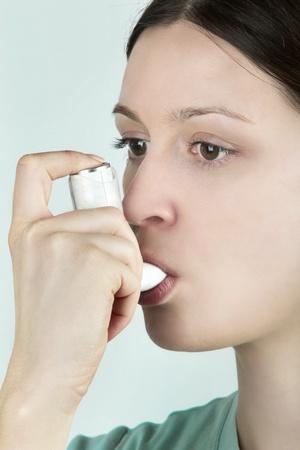 asma: Inhalador para el asma Foto de archivo
