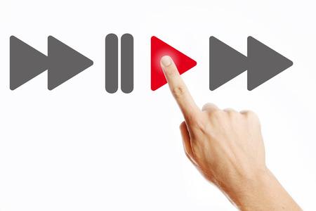 Mano masculina botón de reproducción presionando en la pantalla virtual