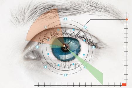 Escáner en el ojo humano azul Foto de archivo - 56595815