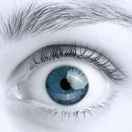 Macro beeld van wijd open blauwe ogen, zwart en wit foto