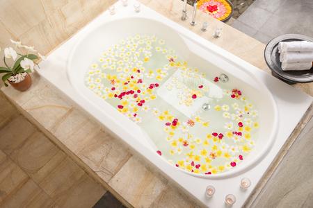 Spa bain plein de fleurs de frangipanier pour la détente Banque d'images - 86753924