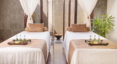 Interieur van massagezaal in spa-salon