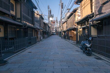 Pequeña calle tradicional en Gion con edificios históricos