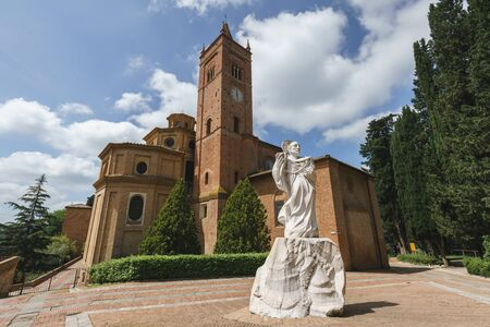 Ancient Church on the Mountain in Tuscany, Abbazia di Monte Oliveto Maggiore with Statue and Road 版權商用圖片
