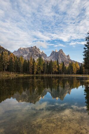 Beautiful sunset landscapes in Lake Antorno (Lago d'Antorno), autumn landscapes in Dolomites, Italy Banco de Imagens