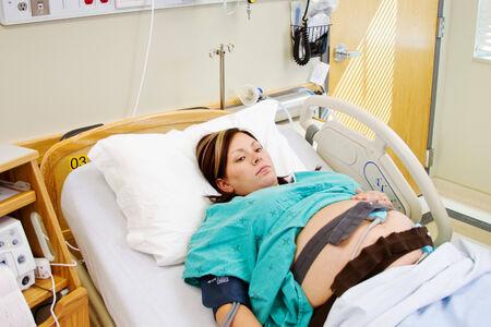 fetal: Paziente maternit� in ospedale con monitor fetale