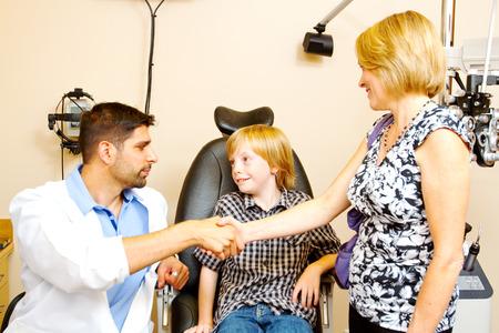 examen de la vista: Niño que se orienta a las próximas pruebas