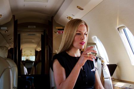 Pasajeros Señora elegante en avión