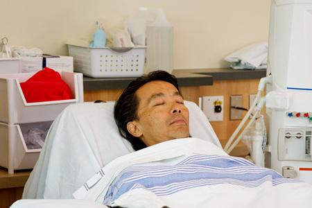paciente en camilla: Paciente enfermo que pone en camilla listo para di�lisis