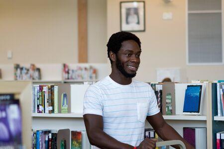 empujando: Bibliotecario carrito empujando para reemplazar los libros