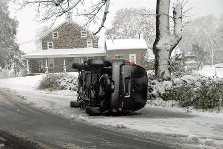Auto Capovolto sulla strada ghiacciata Archivio Fotografico - 53044666