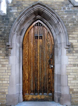 tocar la puerta: Puerta g�tica en el lado de la capilla de necr�polis de Toronto  Foto de archivo