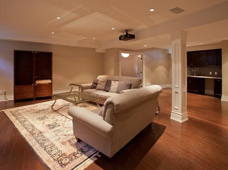 mantel: Moderna sala di intrattenimento a casa nel seminterrato