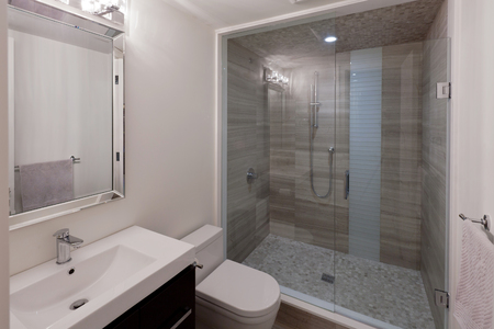 Modern bathroom in new luxury house 免版税图像