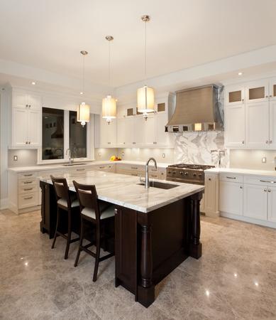 Interior de la cocina en la nueva casa de lujo