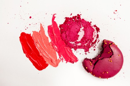 Lipstick and lip gloss, drops and strokes of different shades to create different images in makeup, white background. Cosmetics and make-up, beauty concept Stockfoto
