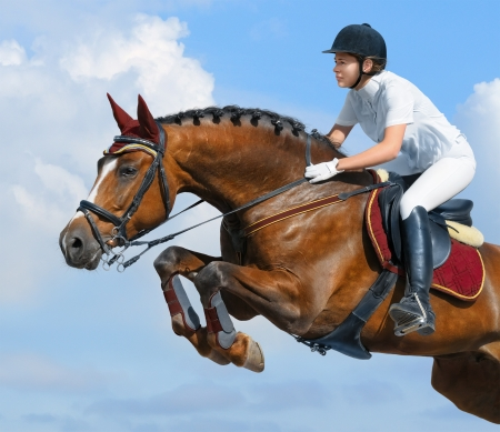 cavallo che salta: Giovane donna saltando con cavallo baia