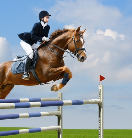 Young girl jumping with sorrel horse Banque d'images