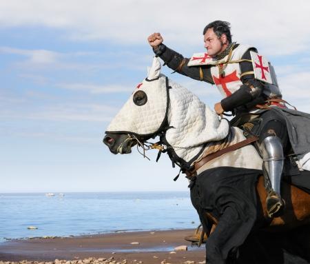 caballo de mar: El rey templario - Caballero a caballo Foto de archivo