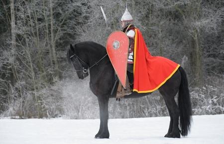 caballo negro: Caballero eslavo en caballo negro Foto de archivo
