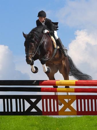 obstaculo: salto - mujer y el caballo Foto de archivo