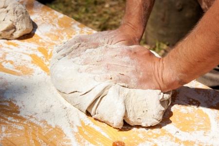 haciendo pan: Baker sobar la masa hecha con productos biol�gicos