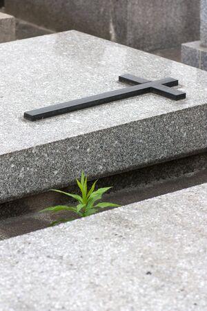 захоронение: Кристиан могила с крестом на хранилище Фото со стока